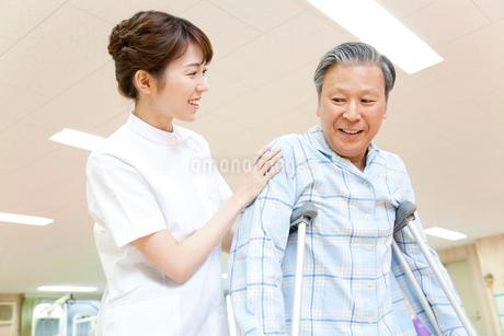 リハビリをする看護師と患者の写真素材 [FYI02002891]