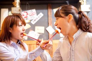 キムチを食べさせ合う女性2人の写真素材 [FYI02002911]