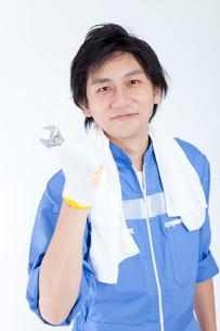 レンチを持って微笑む整備士の写真素材 [FYI02002912]