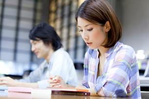 図書館で勉強する大学生の写真素材 [FYI02002924]