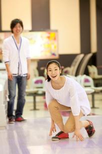 ボウリングをするカップルの写真素材 [FYI02002935]