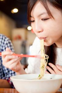 ラーメンを食べる女性の写真素材 [FYI02002944]