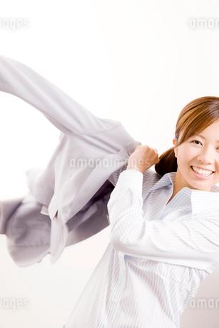 スーツの上着を羽織る女性の写真素材 [FYI02002975]