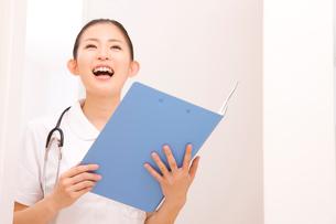 患者を呼ぶ看護師の写真素材 [FYI02003211]