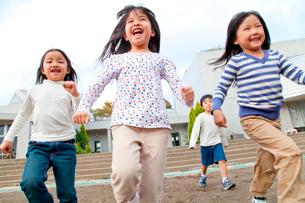 園庭を走る保育園児の写真素材 [FYI02003240]