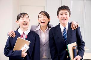笑顔の中学生男女と塾講師の写真素材 [FYI02003256]