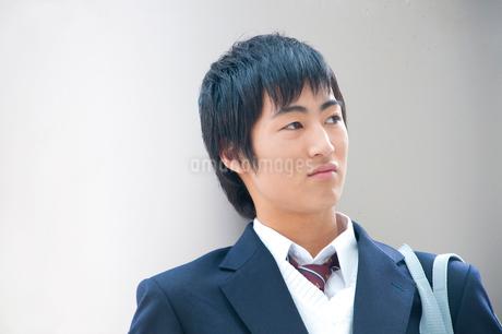 待ち合わせ中の男子高校生の写真素材 [FYI02003268]