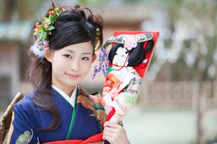 羽子板を持って微笑む振袖姿の女性の写真素材 [FYI02003278]