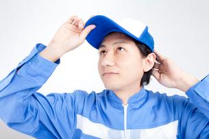 帽子を被りなおす引越し業者の写真素材 [FYI02003284]