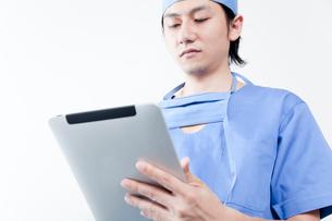タブレットPCを使う医師の写真素材 [FYI02003321]
