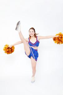 片足を上げるチアガールの写真素材 [FYI02003346]