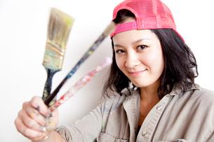 絵筆を持つ女性の写真素材 [FYI02003348]