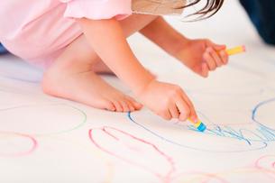 模造紙に絵を描く幼稚園女児の写真素材 [FYI02003351]