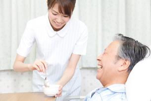 食事補助をする看護師の写真素材 [FYI02003366]
