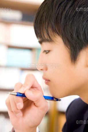 問題を解く男子中学生の写真素材 [FYI02003400]