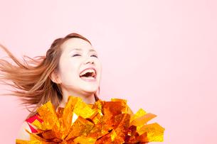笑顔で応援するチアガールの写真素材 [FYI02003476]