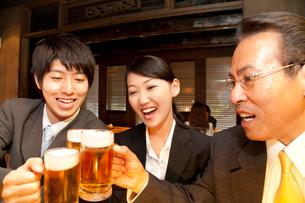 居酒屋で乾杯をするビジネスマン達の写真素材 [FYI02003493]