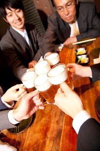 ビールで乾杯するビジネスマンの写真素材 [FYI02003583]