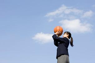バスケットボールを持つ女子中学生の写真素材 [FYI02003584]