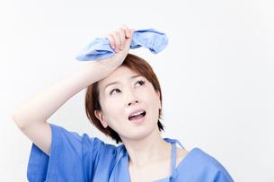 汗を拭う女医の写真素材 [FYI02003585]