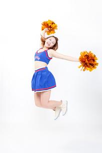 ジャンプするチアガールの写真素材 [FYI02003600]