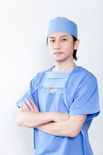 腕組みをする医師の写真素材 [FYI02003630]