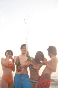シャンパンを抜く男女の写真素材 [FYI02003663]