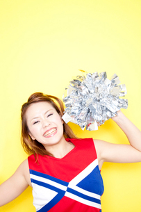 笑顔で応援するチアガールの写真素材 [FYI02003671]