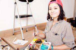 壁に絵を描く女性の写真素材 [FYI02003695]