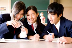 理科の実験をする中学生3人の写真素材 [FYI02003699]