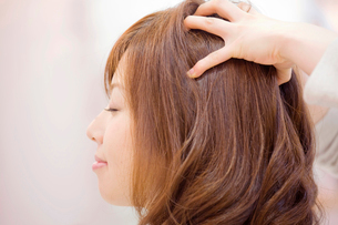 ヘアサロンでヘッドマッサージをしてもらう女性の写真素材 [FYI02003731]
