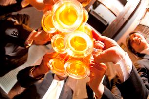 ビールで乾杯するビジネスマン達の写真素材 [FYI02003732]