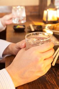 焼酎を持つビジネスマンの手元の写真素材 [FYI02003749]