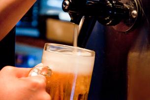 サーバーからビールを入れる店員の手元の写真素材 [FYI02003761]