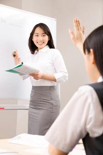 授業中の塾講師の写真素材 [FYI02003786]