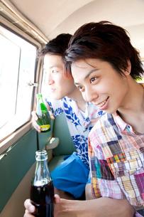 車の窓から景色を眺める男性の写真素材 [FYI02003830]