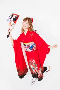 羽子板を持ち微笑む振袖姿の女性の写真素材 [FYI02003861]