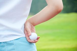 ゴルフボールを持つ女性の手元の写真素材 [FYI02003867]