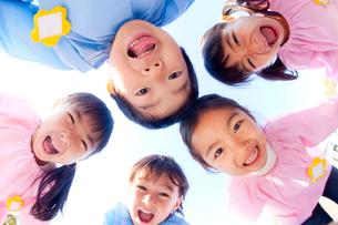 輪になって笑う幼稚園児5人の写真素材 [FYI02003868]