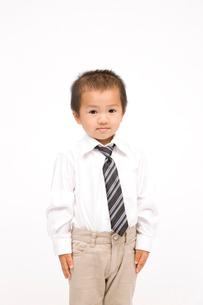 ネクタイを締めた男の子の写真素材 [FYI02003869]