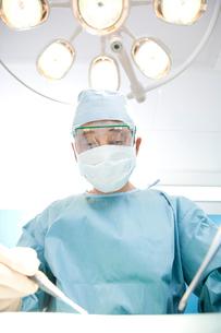 手術をする外科医の写真素材 [FYI02003906]
