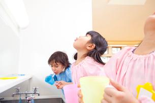 うがいをする幼稚園児の写真素材 [FYI02003908]