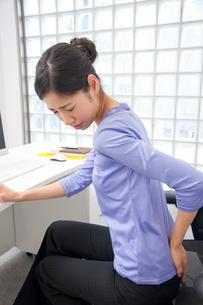 腰痛に悩むOLの写真素材 [FYI02003909]