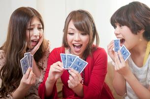 カードゲームをする女性3人の写真素材 [FYI02003914]