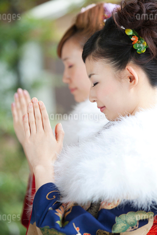 お参りをする振袖姿の女性2人の写真素材 [FYI02003936]