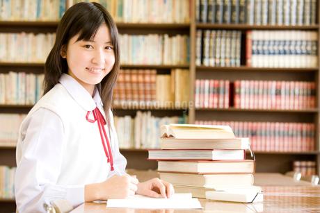 図書室で勉強する女子中学生の写真素材 [FYI02003969]