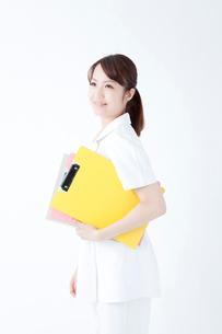 カルテを持つ看護師の写真素材 [FYI02003984]