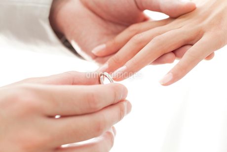 指輪をはめてもらう新婦の写真素材 [FYI02003986]