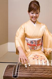 琴を弾く女性の写真素材 [FYI02004008]