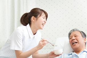 食事補助をする看護師の写真素材 [FYI02004023]